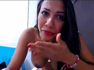 Latina cumpliento peticiones por Webcam